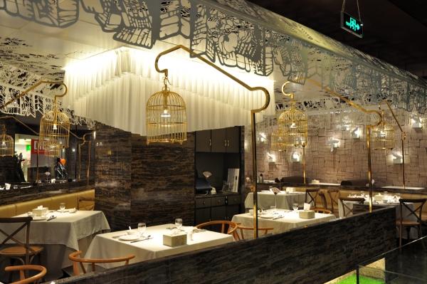 北京宏明順華裝飾設計有限公司,是一家集設計、施工一體的餐飲裝飾公司,公司總經理從事建筑相關各行業二十多年,深諳裝飾裝修行業各專業的施工程序、工藝及做法,結合二十多年經驗,聘請各路精英,打造了一支精湛的設計團隊和工程團隊。 宏明順華公司致力于餐飲裝修、餐廳裝修、餐館裝修、快餐店裝修、火鍋店裝修、時尚火鍋店裝修、飯店裝修、飯館裝修、西餐廳裝修等商業工程項目的設計和施工。設計和施工的一體化,能更好解決設計作品和實際施工不銜接帶來的矛盾,避免閉門造車,避免返工和降低施工成本,縮短工期;工程師和設計師的默契配合,